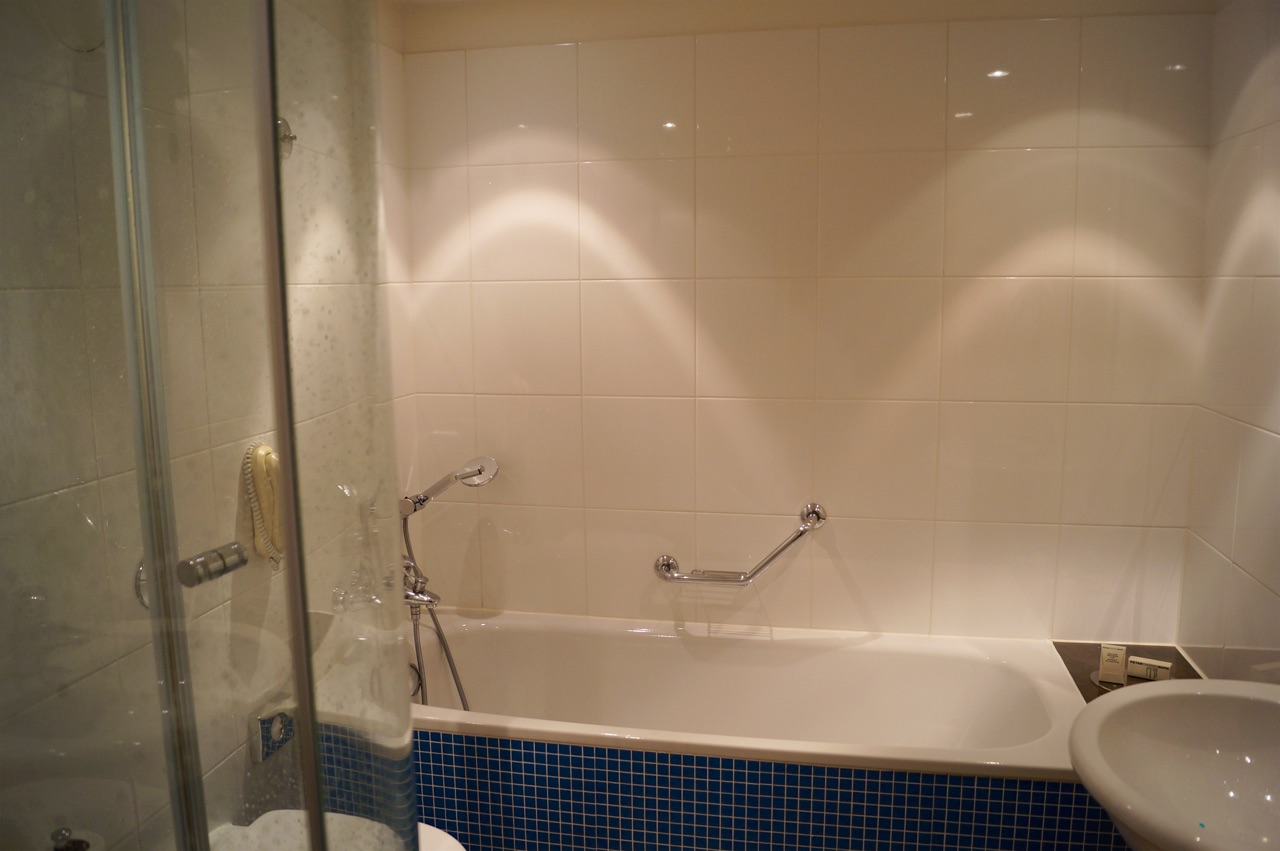 Hilton London Gatwick Airport Hotel Bathroom